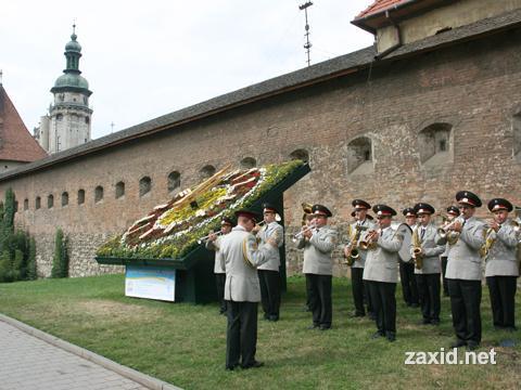 Квітковий годинник у Львові біля старого оборонного муру